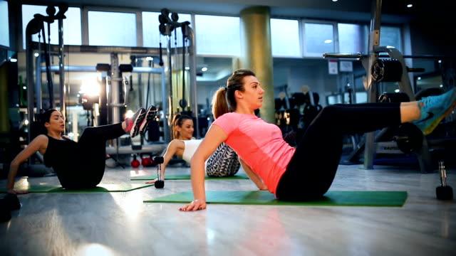 pilates-klasse im fitness-studio trainieren - fitnesskurs stock-videos und b-roll-filmmaterial
