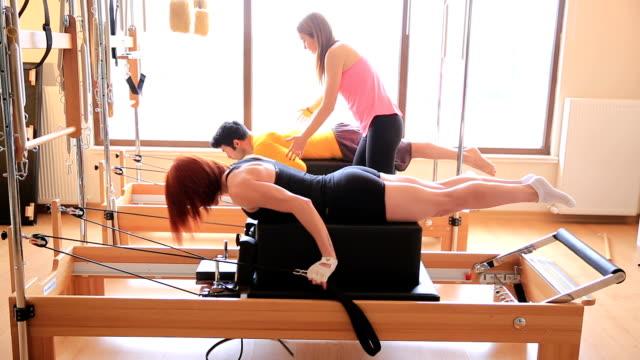 pilates classe - metodo pilates video stock e b–roll