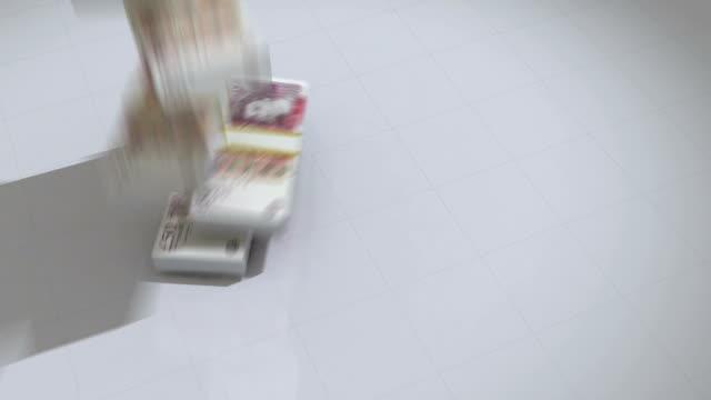 haufen von 50 pfund fell von oben - pfand stock-videos und b-roll-filmmaterial