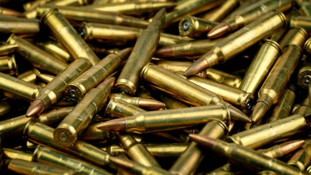 vidéos et rushes de tas de munitions tournant - armement
