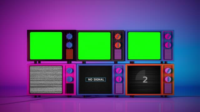 pila di televisori 3d colorati senza segnale e monitor a schermo verde vuoto - catasta video stock e b–roll