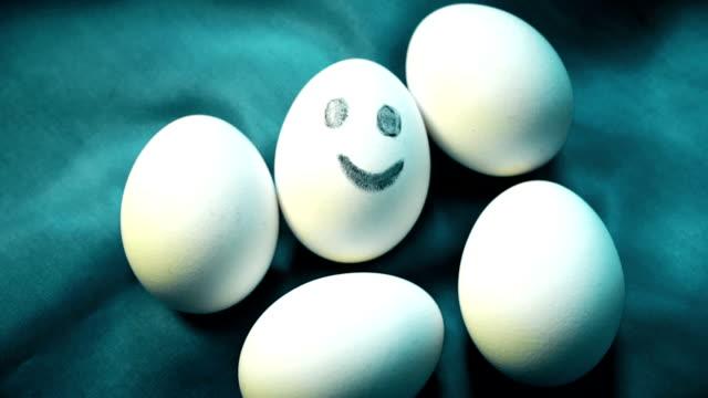 haufen eier, einer lächelnd, anders, hervorstehend von gesichtslos die menge, individualität, positive energie - smiley stock-videos und b-roll-filmmaterial