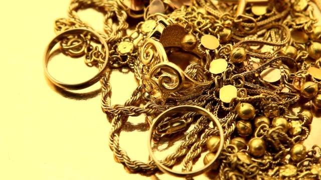 vidéos et rushes de tas de bijoux en or - joaillerie