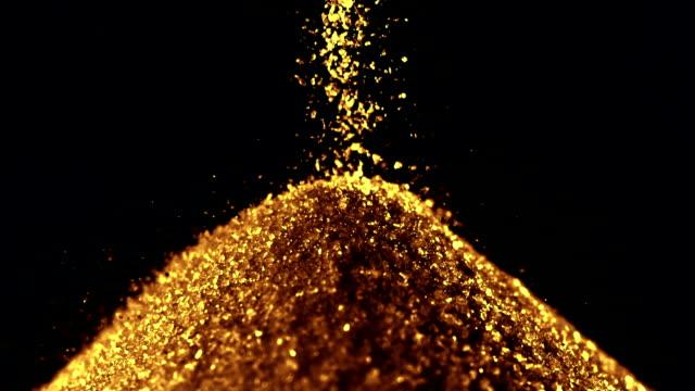 haufen von goldenem sand, zeitlupe - haufen stock-videos und b-roll-filmmaterial