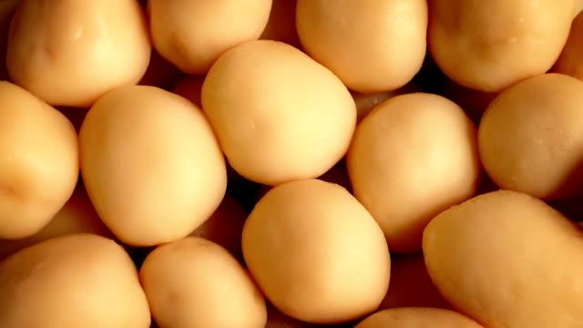 груду картофель точения медленно - молодой картофель стоковые видео и кадры b-roll
