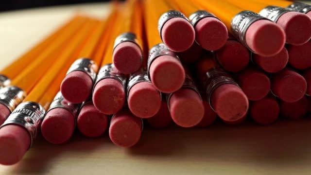 högen av samma pennor med suddas, dolly video - blyertspenna bildbanksvideor och videomaterial från bakom kulisserna