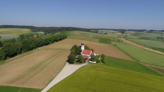 pilgrimage church of st wolfgang near essenbach in lower bavaria - barocco video stock e b–roll