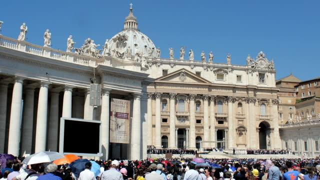 st. peter's meydanı'nda papa francesco işitme hacı dinle. - fransa kralı i. fransuva stok videoları ve detay görüntü çekimi