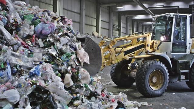 stockvideo's en b-roll-footage met cs stapelen zich op plastic afval in een recyclingbedrijf - shovel