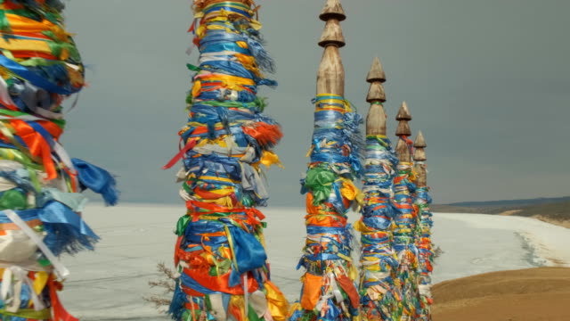 vídeos de stock e filmes b-roll de pillars with colored ribbons are a religious symbol in the sacred place of olkhon island on lake baikal. - irkutsk