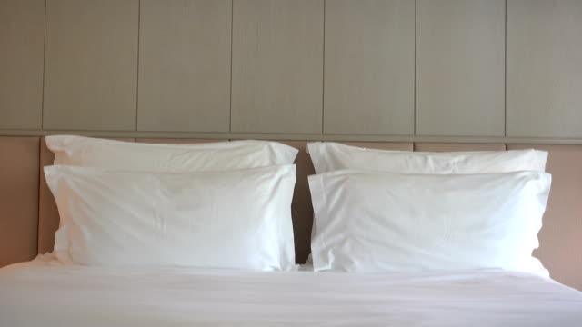 vídeos y material grabado en eventos de stock de almohadas de la cama - almohada