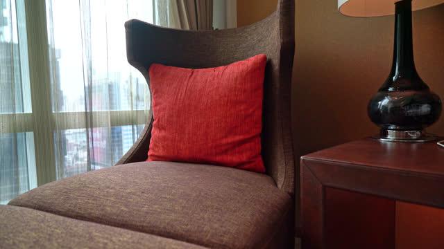 vídeos de stock, filmes e b-roll de travesseiro em sofá cama perto janela - boho