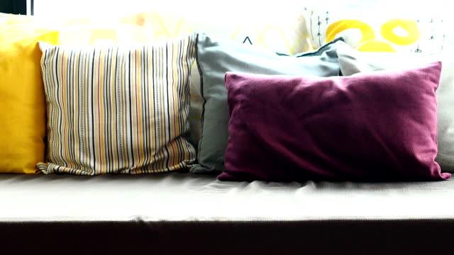 kissen auf sofa - hausdekor stock-videos und b-roll-filmmaterial