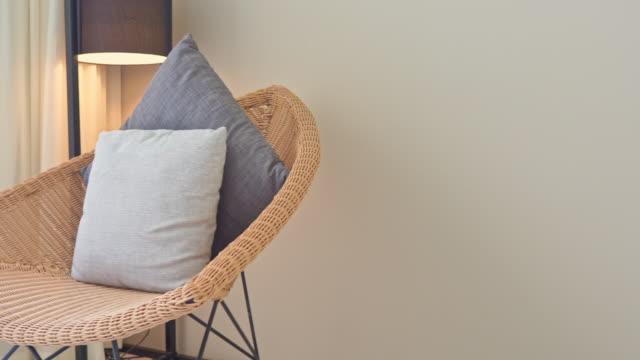 vídeos y material grabado en eventos de stock de almohada en sofá con lámpara de luz eléctrica decoración interior de la sala de estar - almohada