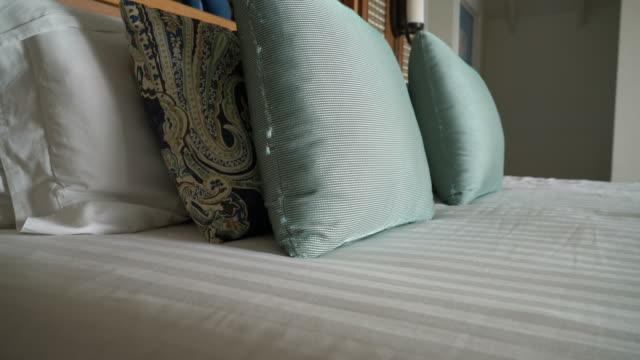 vídeos y material grabado en eventos de stock de almohadas en la decoración de la cama en el dormitorio - almohada