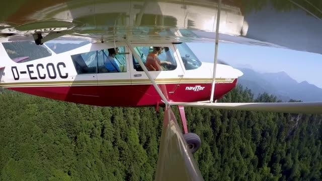 ld-pilot und sein passagier an einem sonnigen tag im licht flugzeug fliegen - fülle stock-videos und b-roll-filmmaterial