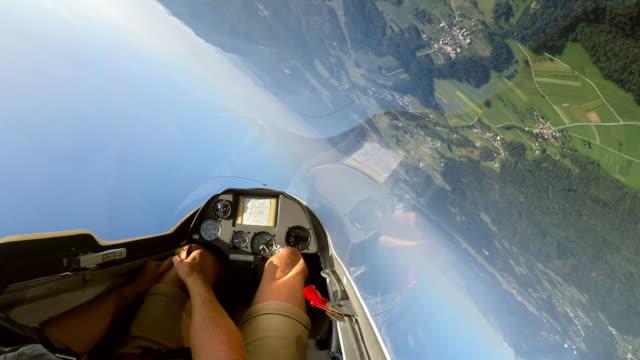 vidéos et rushes de accélérer le pov: pilote contrôlant le planeur et faire une boucle dans le ciel ensoleillé - glisser
