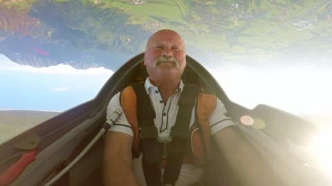 vidéos et rushes de ld pilote, profitant de la position de son planeur au-dessus de la campagne ensoleillée à l'envers - glisser