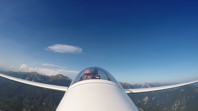 ld pilot in the glider looking at the beautiful countryside below him - pilota video stock e b–roll