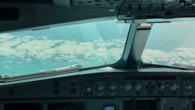 Pilotenansicht eines Passagiercockpits, Airbus A330 auf einem Langstreckenflug – Video