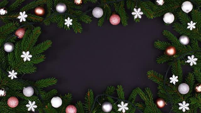 소나무 가지는 검은 테마에 실버 장식품과 깜박이는 조명프레임만들기. 동작 중지 - christmas decorations 스톡 비디오 및 b-롤 화면