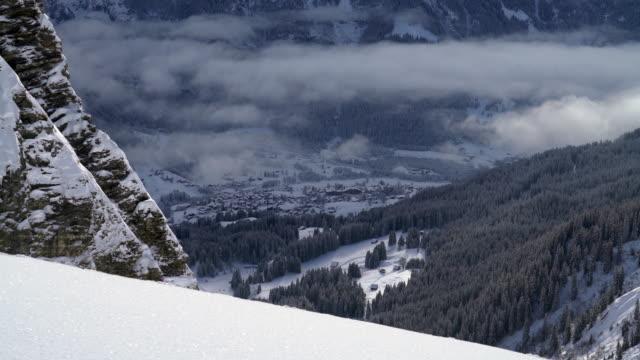stockvideo's en b-roll-footage met naaldboom in de bergen bedekt met mist. - zermatt