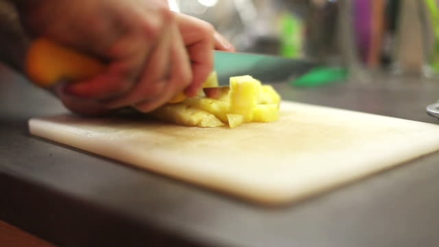 stockvideo's en b-roll-footage met ananas kubussen - tropisch fruit