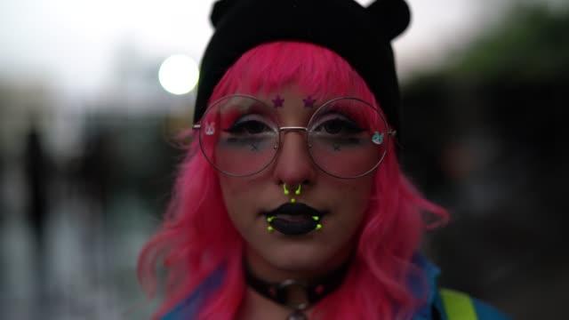 stockvideo's en b-roll-footage met pink hair manga meisje portret - roze haar