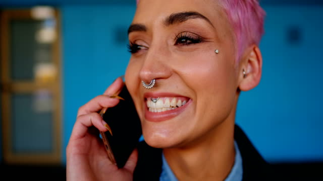 stockvideo's en b-roll-footage met roze haar vrouw praten op mobiele telefoon 4k - roze haar