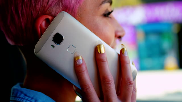 stockvideo's en b-roll-footage met roze haar vrouw praten op mobiele telefoon in de auto 4k - roze haar