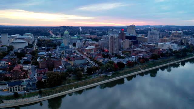 rosa licht füllt die wolken über das state capitol von pennsylvania usa - pennsylvania stock-videos und b-roll-filmmaterial