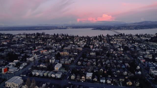 ピンクの夕日シアトルは、ワシントン湖の航空写真による住宅 ビデオ