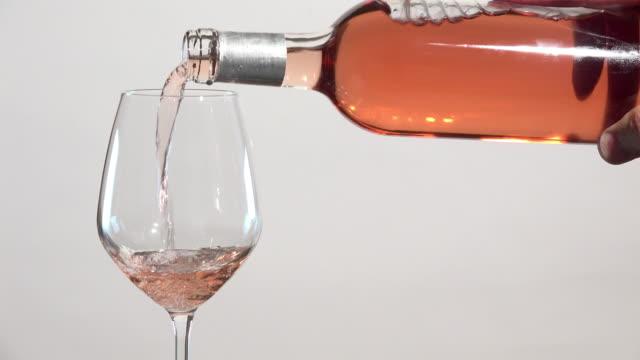 rosa vin flödar in i glas - vitt vin glas bildbanksvideor och videomaterial från bakom kulisserna