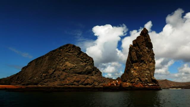 vídeos de stock e filmes b-roll de pinnacle rock from a zodiac at isla bartolome in the galapagos - arquipélago