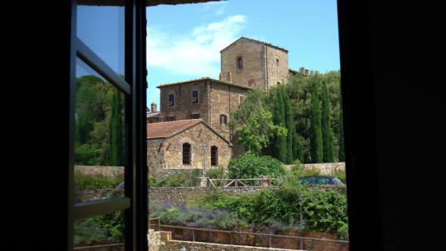 ピオンビーノ、トスカーナ、イタリア。古代の別荘の窓からの眺め - ヴィラ点の映像素材/bロール