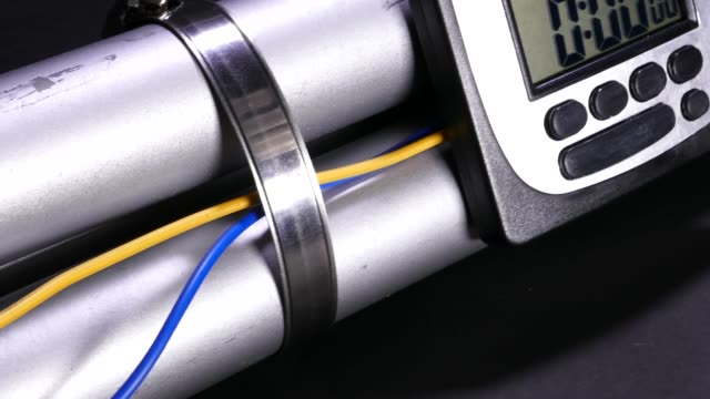 vídeos de stock, filmes e b-roll de bomba da tubulação com temporizador do pulso de disparo que conta para baixo, movimento handheld - feito em casa