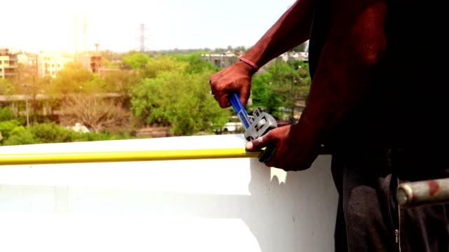 vídeos de stock, filmes e b-roll de conexão de gás natural canalizado (png) por homens jovens - nova delhi