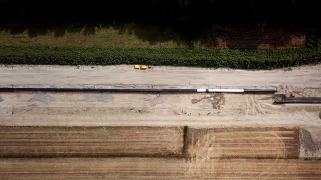 pipeline zu bauen für den transport von öl oder gas - aerial view soil germany stock-videos und b-roll-filmmaterial