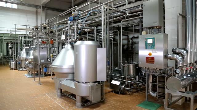 rörledning i verkstaden för en modern fabrik - värmepump bildbanksvideor och videomaterial från bakom kulisserna