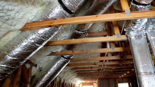 rohre, ventile schließen installation der heizung auf dem dach des hauses rohr heizsystem mit rohren - dachboden stock-videos und b-roll-filmmaterial