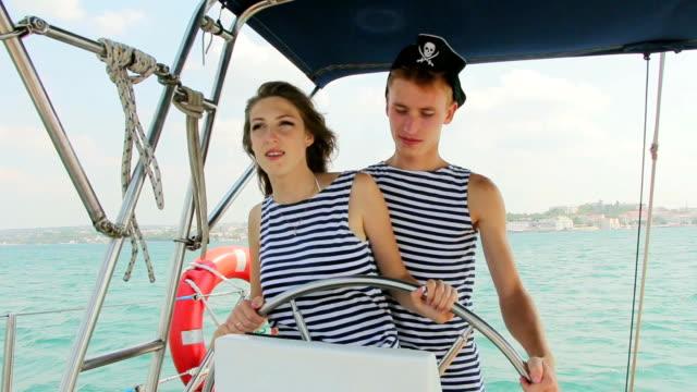 piratów załogi u jej sterów z yacht rejs - ster fragment pojazdu filmów i materiałów b-roll