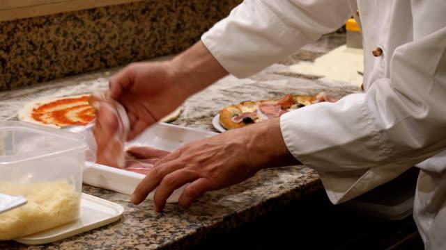 Bидео Pizza baker preparing pizza