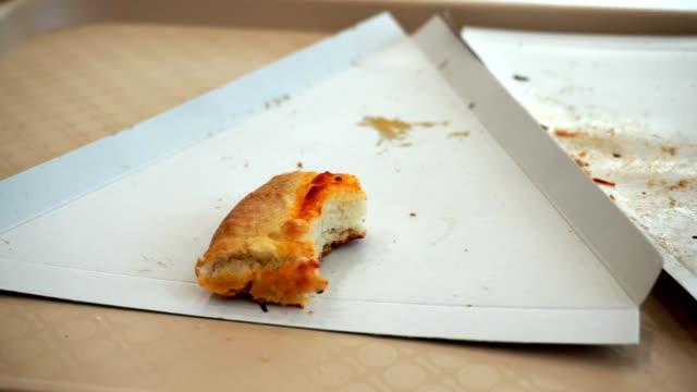 pizza skorpa på en bricka i ett café shoppingcenter. rester av mat - tallrik uppätet bildbanksvideor och videomaterial från bakom kulisserna