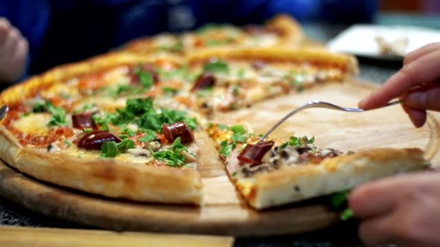 stockvideo's en b-roll-footage met pizza op een houten plaat in de pizzeria - dikke pizza close up