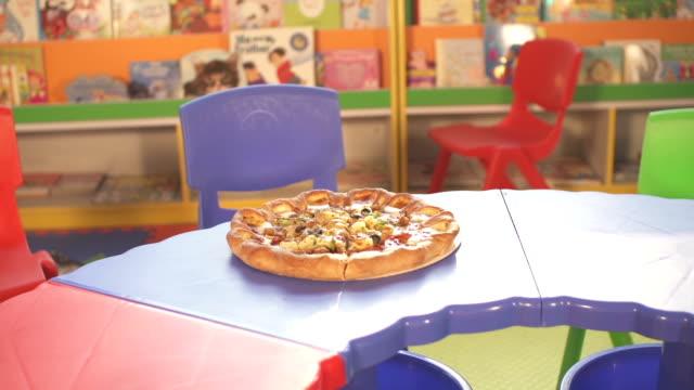 vídeos de stock, filmes e b-roll de pizza na mesa de crianças pequenas - comida salgada