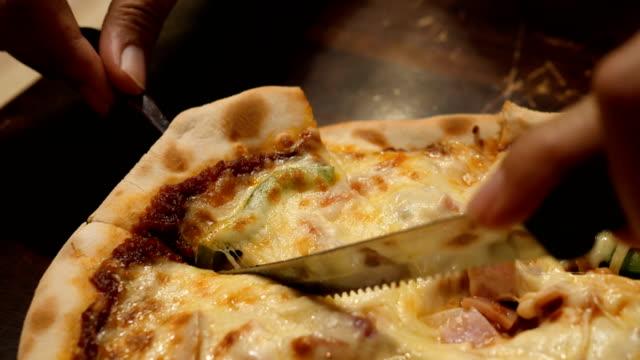 vídeos de stock e filmes b-roll de pizza pieces - puxar