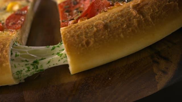 いっぱいチーズ生地のピッツァ - チーズ 溶ける点の映像素材/bロール