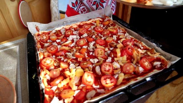 pizza con carne a casa - fetta video stock e b–roll