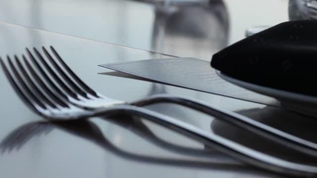 resmi bir masada yer ayarları - süslü püslü stok videoları ve detay görüntü çekimi