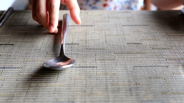 hd: umieść łyżka, widelec i nóż na stole. - łyżka sztućce filmów i materiałów b-roll
